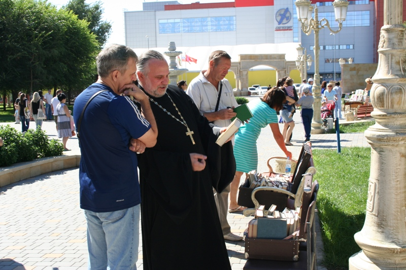 Духовный наставник волгоградского казачества, протоиерей храма Иоанна Предтечи отец Олег Кириченко тоже нашел для себя книгу